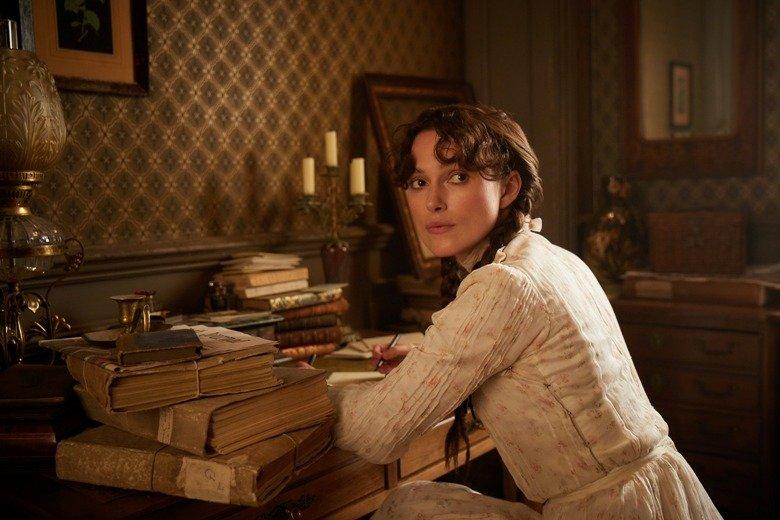 Colette am Schreibtisch (Keira Knightley) ©DCM