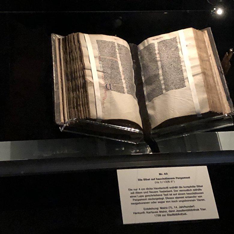 Eine Bibel auch hauchdünnem Pergament
