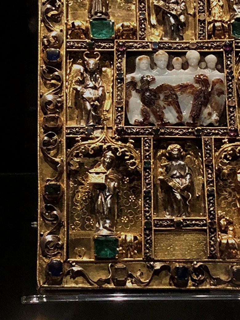 Ausschnitt vom Deckel des Ada-Evangeliars: Kameo mit Darstellung der Familie des Kaisers Konstantin des Großen